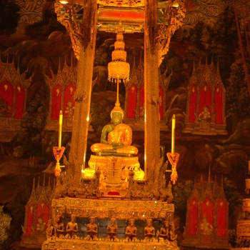 0f5a21f6abc722 The Emerald Buddha is clothed in gold