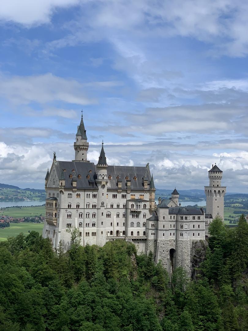 ガイドさんがドイツにお住いの方で、観光名所やご飯屋さんはもちろん、それぞれの歴史やドイツの交通事情まで本当に情報がはば広く移動中も退屈せずにいろいろなお話が聞けてとても良い時間を過ごせました!また利用したいです!