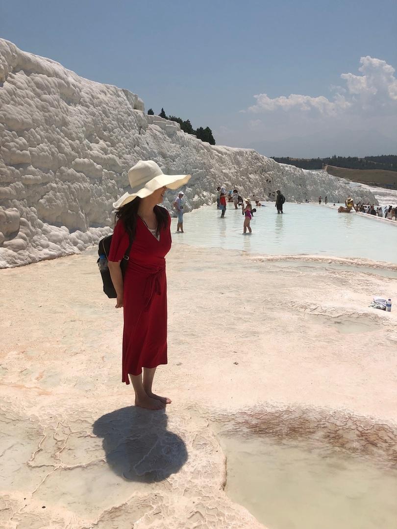 古代都市遺跡、紀元前190年に建設された ヒエラポリス「聖なる都市」 ローマ時代の面影が素敵でした〜     村から、北浴場、ドミティアヌス門、円形劇場、 『パムッカレ・テルマル』更衣室のある遺跡プールへ     もともとは水の神を祭る神殿跡🏛だそうです💦 水中に遺跡がゴロゴロ転がっている温泉は 人肌ほど、天然の炭酸泉で気持ち良く 世界中の観光客で賑わってましたー♨️     世界遺産保護のため素足で石灰棚を歩きます。 滑りやすい場所もあり 裸足で歩くには時々痛くて、う〜結構ハード😭    こんな経験はトルコならでは🇹🇷 絶対、おすすめのパムッカレですよ〜💗