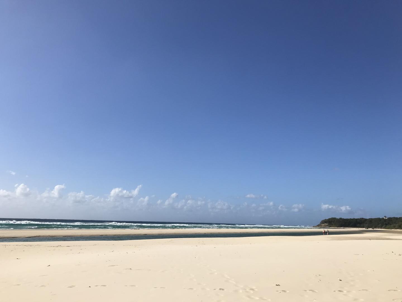 とにかく白い砂浜に透き通った海にどこまでも続く水平線がたまらない。4WDで走る砂浜も圧巻の一言。