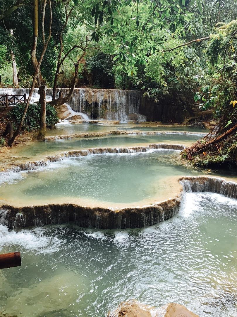 ずっと行きたかったクォンシーの滝、午前中雨が降っていたためお天気が心配でしたが、午後からは雨も止み、綺麗な滝が見れました。 トゥクトゥクなど現地までの選択肢はいつくかありますが、日本語のガイドさんがいると、ラオスのことをより理解できるので、より充実した時間になると思います。一人だと高いので、もう少し安くなるといいなと思います。