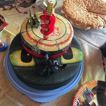 Ohnezahn Und Drachen Auf 2 Stockiger Torte Deinetorte De