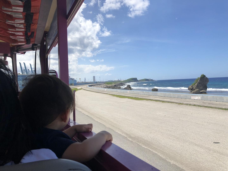 13時半からのツアーに参加しました。運転席向かって右側の席に着席。行きは海も見え日差しも気にならなかったのですが、帰りは日がちょうど差し込み少し辛かったです。帽子とサングラスがあれば快適くと。2歳児も5歳児もとても楽しそうでした。子ども優先で海の上を運転させてもらえます。2人ともハンドルを握らせて頂き大喜び。家族で良い体験ができました。