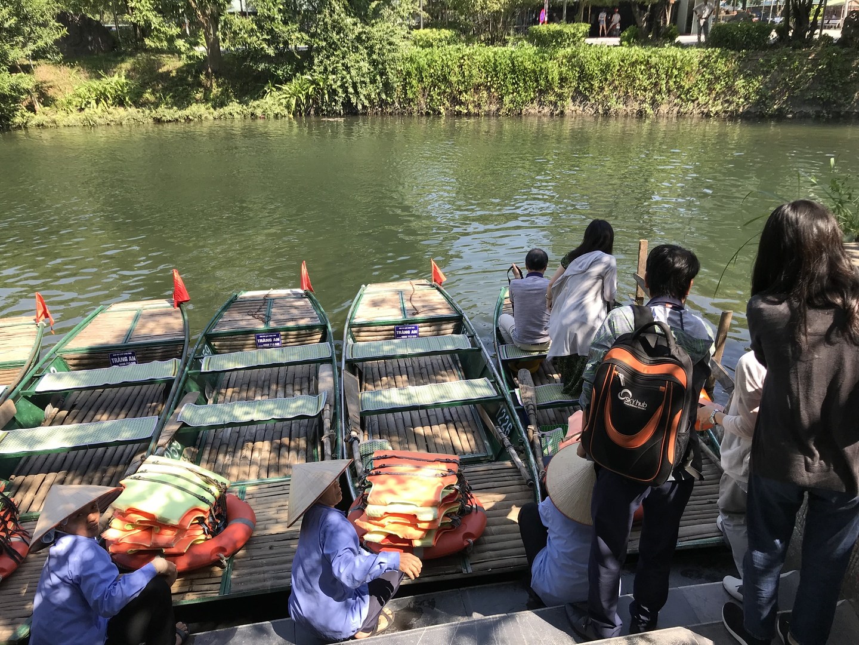 キャンペーで割引だったのでとてもコスパのいいツアーになりました。小舟に乗って2時間あまりの舟遊びは楽しめました。桂林で竹の舟に乗って以来です。これからはハロン湾と並んでハノイへ来たらチャンアンへって人気のスポットになると思います。
