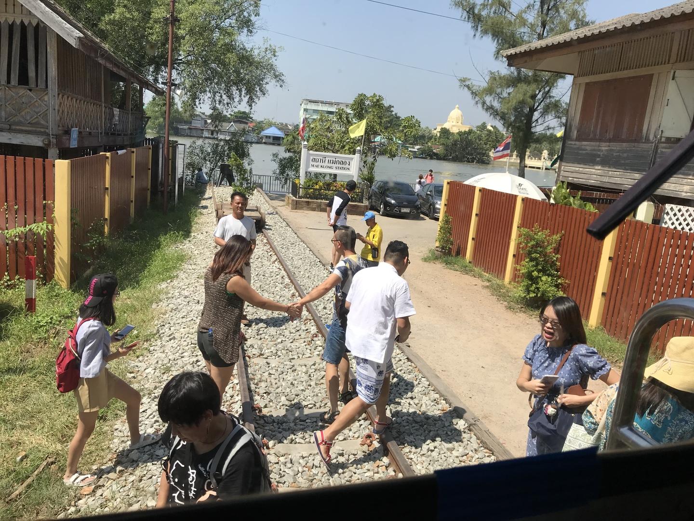 列車が入って来る様子は、テレビで見た通りの迫力ある現場でした。