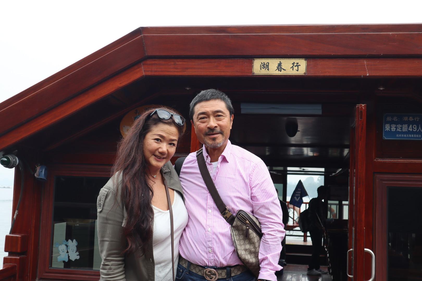 杭州往復6時間かけても行く価値は、日本人にはないかもしれません。  蘇州の方がもっと近い ミッションインパッシブルの舞台になった水郷でもよかったのかな、と思いました。 運転手さんは運転はとてもうまく ガイドの朱さんも話好きな脚の早いとてもいいガイドさんでしたが、ランチ、これは、美味しくなかった、もう少しマシなレストランはないのでしょうか?スープは冷たいし、お茶も冷たいし、温めさせてもまだぬるい、せめて熱々のお茶とスープを飲みたかったです。