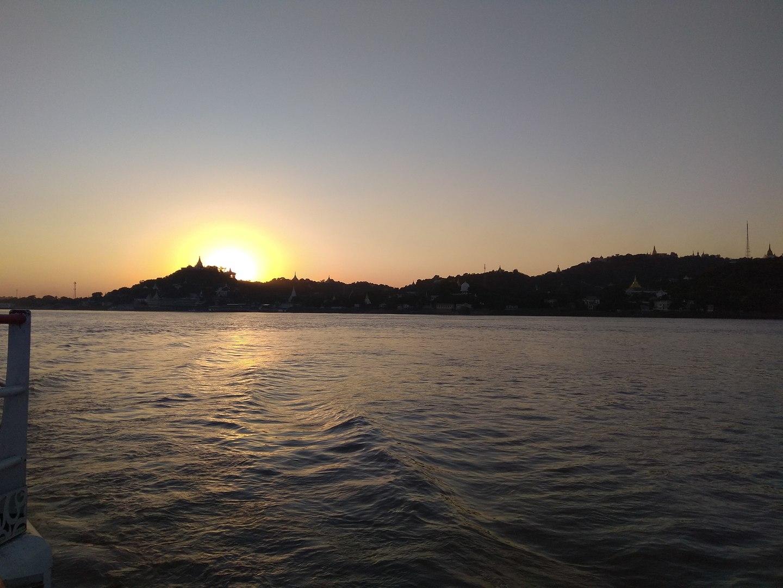 バガンからマンダレーまで12時間近くかかりましたか、船旅を選択して正解でした。オープンテラスの席で風を感じながらゆったりとミャンマーの風景を楽しめました。船は少し古めでしたが、値段的にこんなものでしょう。朝昼の食事、ティータイムがついてきます。朝日と夕日を船から見ることができて、感動的でした。
