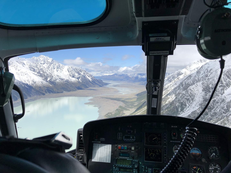 前日が雨+雪でしたが、ツアー当日は快晴!これが雨だったら中止だったのでしょうか。。 ヘリコプターから見る山、湖の景色は絶景です!何より、自然にできた氷の洞窟は神秘的な色、形で写真の枚数も自然と増えました! ガイドさんは英語のみだったので、語学が堪能でない私にとっては、せっかくの説明が全て理解できず…残念でした。要勉強ですね。 天候に左右されることと、英語のみのガイドということで星4つですが、行けたら最高の体験ができます(^^)!