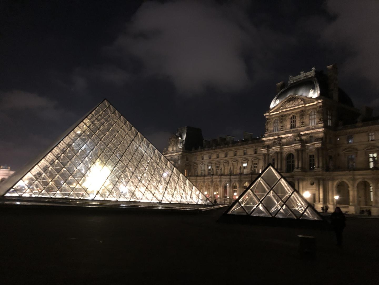 パリ滞在が3日だったので到着してから直ぐに行きました。 ホテルから歩いて行けたのでゆっくり見れました。 見れない場所もありましたがモナリザをみれたので充分(笑) 館内は広すぎて迷路でしたね 聞きながら回りました。 水曜日は遅くまで開館してたのでゆっくり見れましたが普通の日は到着日に行くとゆっくり見れないかも。 ちなみに パリ到着16時 ホテル着18時位(渋滞&2組ホテルに送った後) ルーブル美術館着19時前 その後にイルミネーションツアーを21時30に入れていたので21時まで滞在