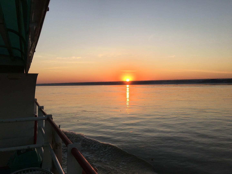 エーヤワディー川から見た日の出がとてもきれいでした。多くの客はマンダレーからバガンへ行く川下りに乗船するので、バガンからマンダレー行とても空いています。ゆっくりと過ごせるのでおすすめ。