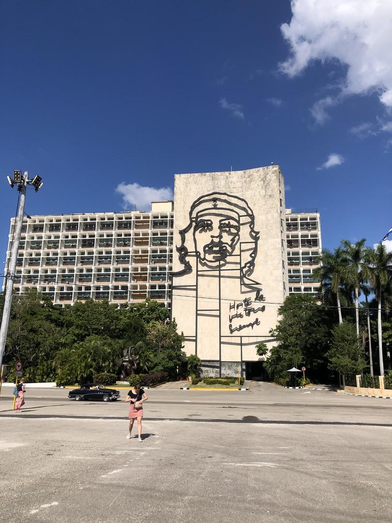 初めてのキューバで滞在時間も短く、1人だったので、こちらの現地ツアーを利用させていただきました。 可愛いクラシックカーに乗ってハバナを周ります。 ガイドさんはとても親切で、説明もわかりやすく、可愛くて、ハバナの有名どころをぎゅっと周れとても満足です‼︎ キューバの文化や生活などもガイドさんのお話から知れました‼︎ とてもオススメです‼︎