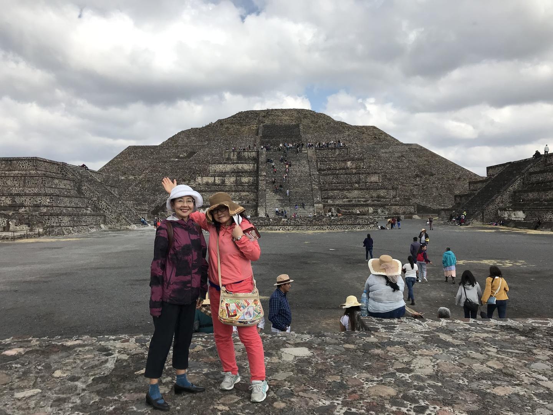 ピラミッドに登って見たかったのに日曜日なので混んでいました。添乗員が少し延長して下さり登ることが出来ました。