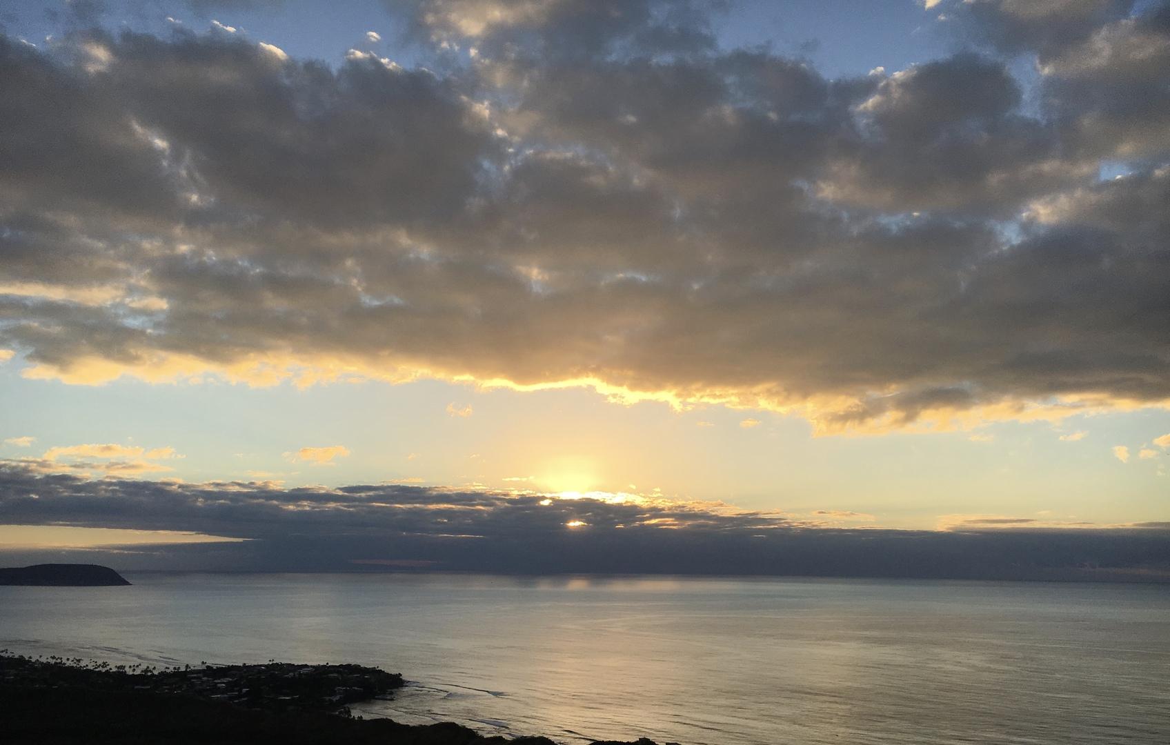 山道が思ったより険しく、1時間での往復は日の出を見る時間も含めるとちょっと短く感じました。