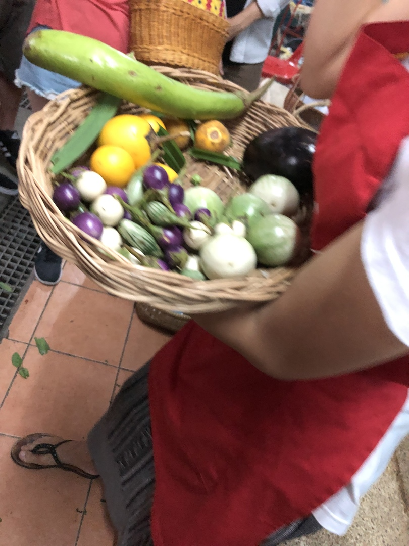一人で参加しました。 参加者は40人ほどでいくつかの教室に分かれ、16人位のグループで市場散策、料理実習を行いました。 市場では、タイの野菜、調味料、ココナツの説明が興味深かったです。 一人に一台コンロもあるので、全行程を一人で料理出来て良かったです。 ほとんどが外国の方でしたが、フレンドリーな雰囲気で楽しかったです。