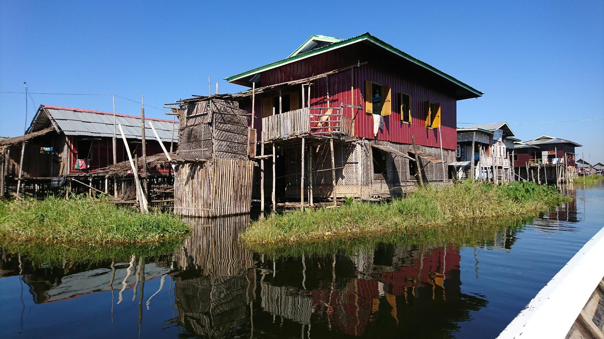 タイトルどうり丸1日インレー湖の上での観光です。 天気も良くてボートで疾走すると風が心地いい。 湖上にある寺院や人々の生活も興味深い。 昼食も湖上のレストランでイタリアンですがここで捕った魚がいただけます。 オプションになっているインディン立寄りアレンジは湖からそのまま川を上っていくのでちょっとしたラフティング気分と少し違う景観、人々の生活、何よりも無数の仏塔に圧倒されるので必ず付け加えることをお勧めします。