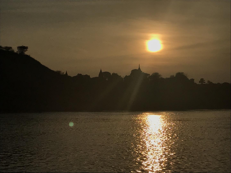マンダレーからバガンまで乗船しました。 朝陽、夕陽のいずれも見られ、時間に余裕があればお勧めです。