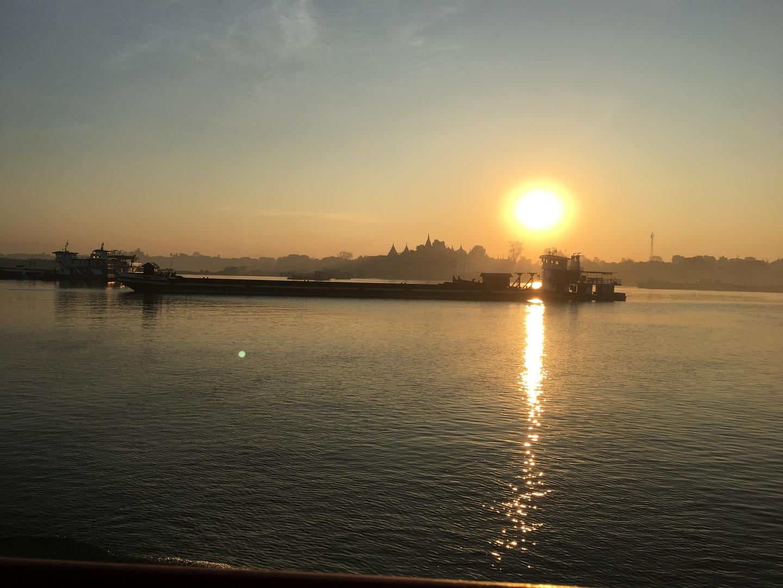 マンダレーからバガンまで利用。 朝日が昇る様子を見ながら朝食をとって、 風に当たりながら川岸の景色や寺、行き交う船の様子を見て過ごせて優雅な時間でした。 ただ朝は寒く、昼過ぎからは日差しが強いので厚手の服と日焼けどめなどはあった方がいいと思います。 着いた先には客待ちのタクシーや馬車がいるのでそちらを利用するか宿に迎えを頼んでおくと良いと思います。