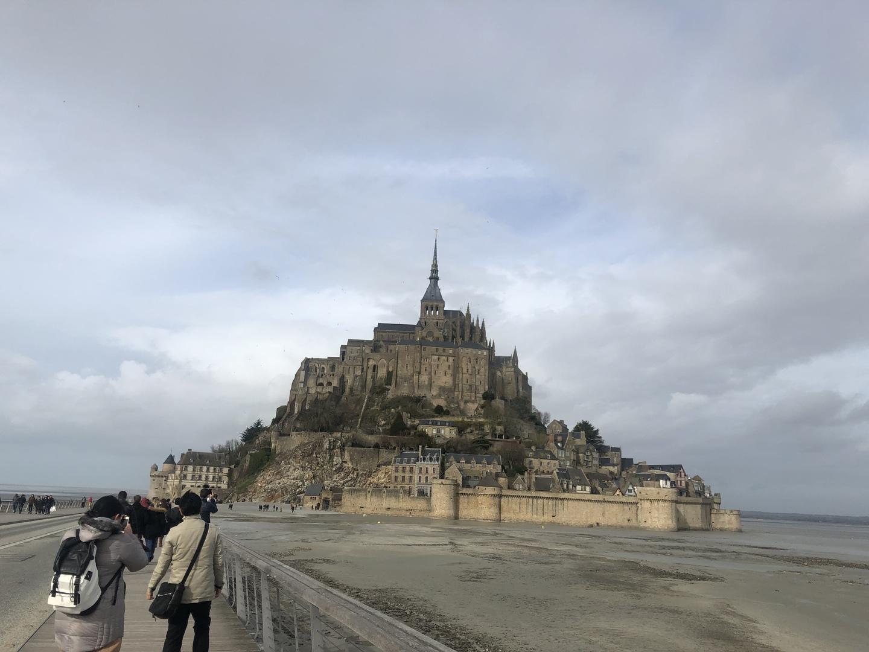初めてモンサンミッシェルに行きました! 日本語ガイド付きのコースでお願いしましたが、これが凄く良かったです😊 現地で研究などされている方だったので凄く詳しくそして雑学などの面白さがあり聞いていて全く飽きずに楽しめました♡ オンフルールは特に何も調べもせず行きましたがとても可愛い色合いの素敵な街でフランスの田舎の長閑さを感じることが出来ました! 写真映えしそうな2スポットでした♪