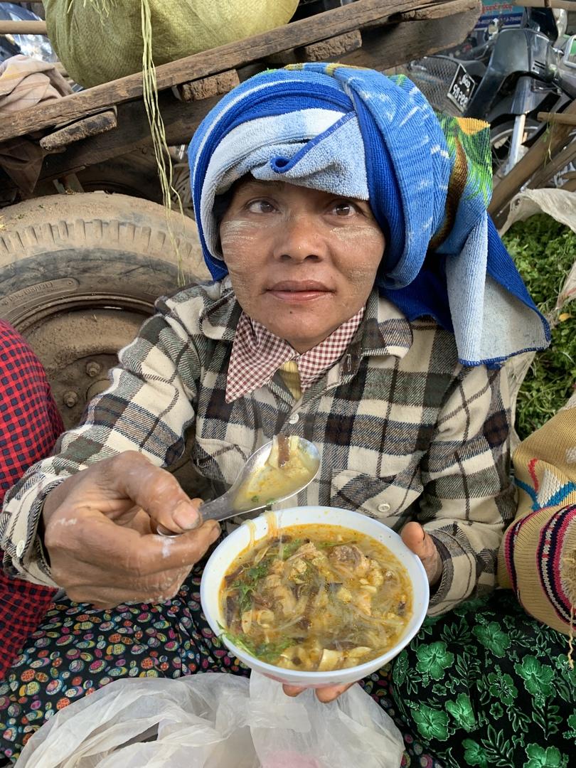 ヤンゴンからのルートは朝4時起きから始まり国内線でバガンに✈️朝は早いものの充実した1日を過ごせました。ツアーの内容も変更出来、喫茶店、マッサージ店に別料金で入る事も。見晴の良い川沿いの華僑人のレストランで食事。癒せます。バガン遺跡満喫後の帰りのフライトにはびっくり💦席はオープン。中国人客の席取り合戦💦やはり、マナーやモラルを知らない中国人、韓国人ツアー客が多い観光は要注意❗️これで世界三大仏教遺跡は完結❗️次の目的地もまた頼みたいと思います😎