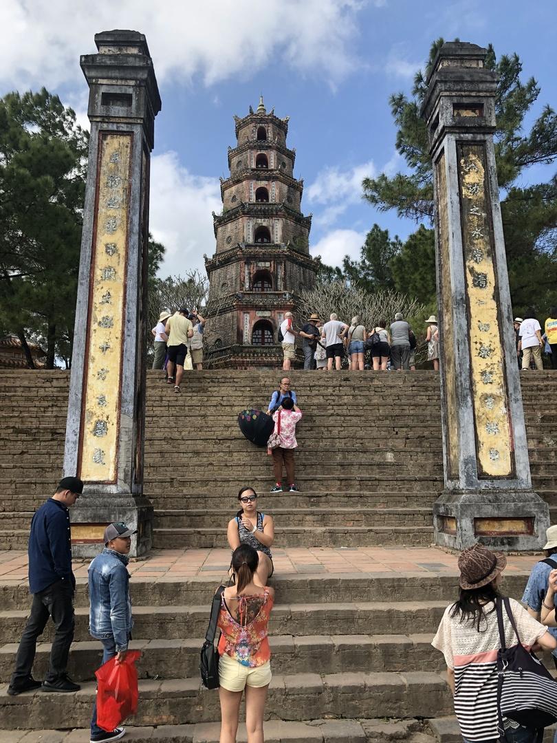 とても情緒のあるツア-でした、ガイドの玉さん(たまちゃん)はお話が非常におもしろく、むずかしい日本語も流暢にこなし、 フエやベトナムの歴史がよくわかるガイドさんでした。 天気もよかったせいか ご機嫌のフエ観光になりました。