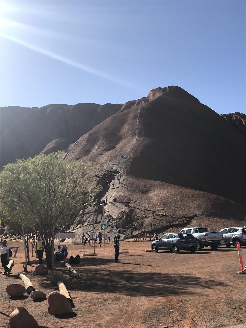 前日まで4日、風のため登山が出来なかったのてすが、私達は運良くウルルに登る事ができ、本当に素晴らしい景色と感激を味わいました(╹◡╹) いろいろな原住民の守って来ている事柄などの解説もとてもわかりやすいものでした。 ありがとうございました😊  靴は底の滑らないものを履いて行ってください。鎖をつかむのに手袋も必須です‼️