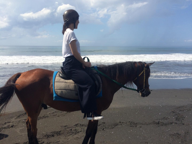 快晴の空の下、綺麗な海辺を馬に乗って散歩するという素晴らしい体験ができました。初めての乗馬でしたが、ガイドさんが補助してくれたので安心でした。