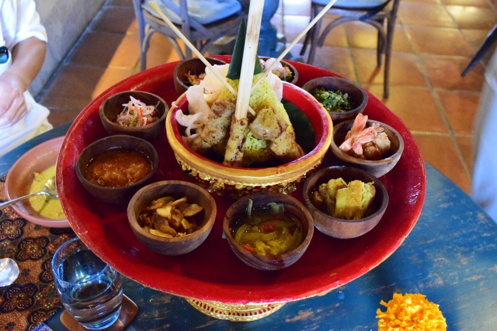 初めてのバリ旅行で利用しました。 私が利用した時はグループに1人ガイドさんと運転手がつきました。 ウブドらしい場所にたくさん連れて行ってもらえます。ガイドさんも写真をたくさん撮ってもらえます。 個人的に良かったのが、棚田を見ながらのご飯とウブド市場と夕食。夕食はお洒落で雰囲気がいいところで豪華なインドネシア料理がいただけます。 王道な三大寺院はツアーに入っていないため行けなかったのが少しだけ心残りでした。