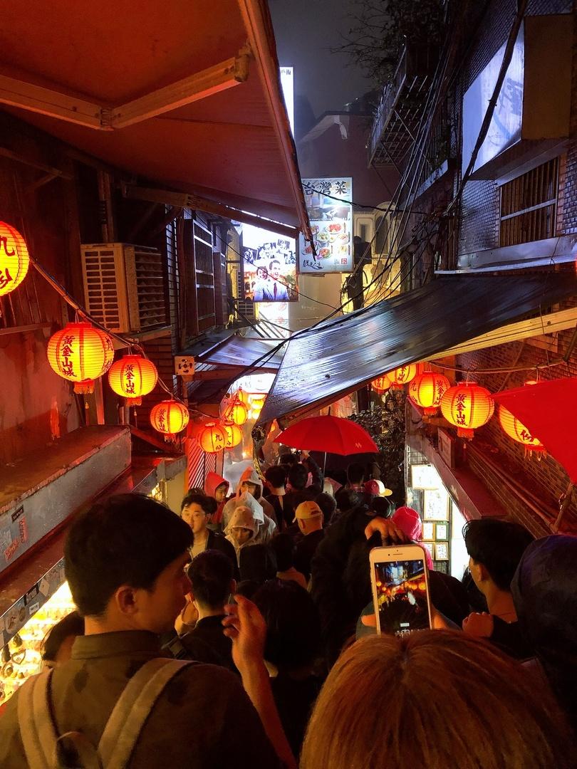 3月9日(土)午前に台北に到着し、あいにくの終日の雨でした。集合場所の近くのコンビニでカッパを購入。九份についたらカッパがコンビニよりも半値でたくさん売ってました、、、現地で買えば良かったと少しだけ後悔。 週末とだけあって人混みですごかった〜。ガイドさんは9割日本人と言っていました。(笑) 傘がとにかく邪魔。九份のメイン通りは屋根があったりなかったり。できればみんなカッパ来た方が動きやすいですよ。周りに迷惑もかからないし! メインのお茶屋さんのザ・九份のスポットからは明る時間と、暗くなってから2回見ました! 暗くなると、ビュースポットまで階段で降りるのですが、大渋滞!時間に余裕をもって行動した方がいいですね。 母親と初めての海外旅行でした。九份に行くのが夢だったようで、夢が叶って嬉しいと言っていました。雨で濡れるし寒いし大変でしたがいい思い出になったみたいで良かったです。 ガイドさんも親切で日本語も流暢な人が多いので安心でした。自力で行くのは大変なのでツアーで行った方が絶対いいですよ♪