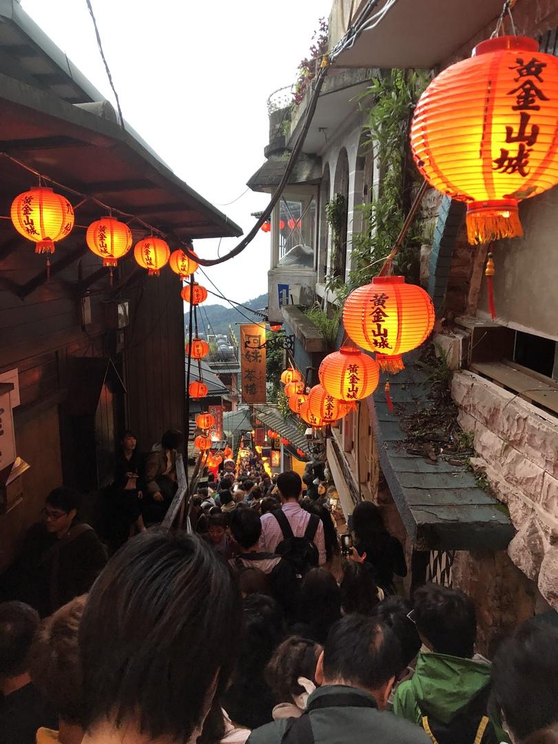 初めての台湾。どうしても九份は外せないと思い、自力で行くかツアーにするかギリギリまで悩みました。 九份経験者からツアーがいいとオススメされ、出発2日前に申し込み。 台北到着日に予約したので、時間を持て余すことなく良かったです。 ただ、ツアー参加者も多いのでグループに分かれるのですが、現地の方の片言日本語で名前呼ばれたようですがその場は反応できず、、 それもまた思い出です。 九份は体力勝負です。 階段と坂道、あと所々で違う臭い。 九份後は士林夜市後のマッサージは最高のプランでした。