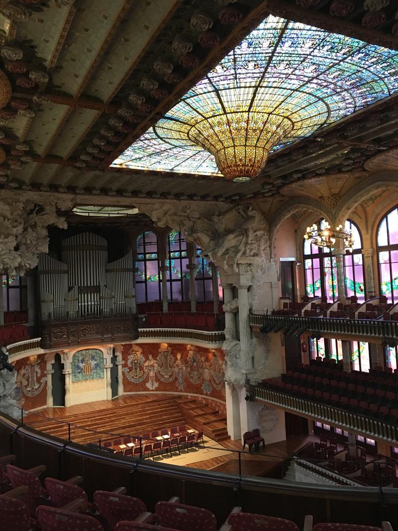 ステンドグラスのシャンデリアが見たくて、それを見られただけでも最高でした。ホール1階鑑賞中にはパイプオルガンの演奏もあり、(疲れていた事もあり)感動して涙してしまいました。 ホールは1階と3階を、バルコニーの鮮やかなタイルも見学でき、それぞれ写真を撮る時間も十分とってくれました。 英語力が無くて解説の内容をほとんど理解できませんでしたが、それでも大満足でした。