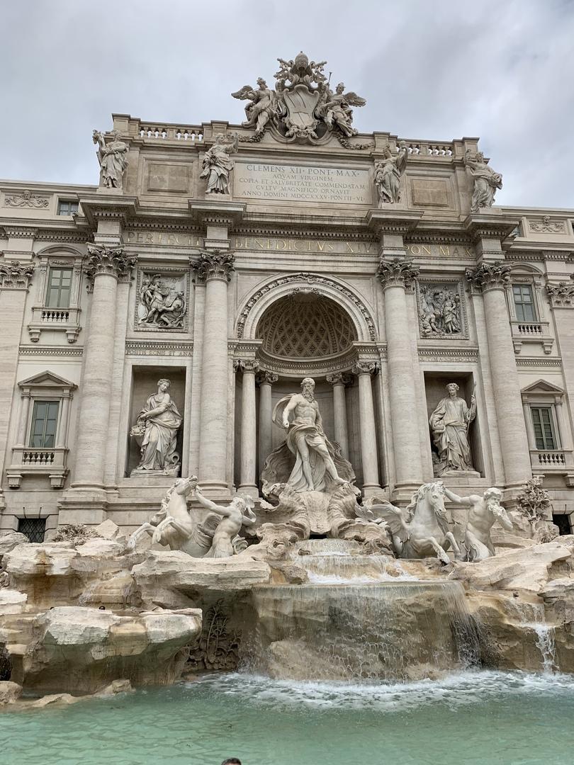 数十年ぶりのローマで土地勘もなかったので、参加して良かったです。見たい所に全て行けました。 ただ、1日コースなので、午後の混んでいるバチカンは疲れてしまいました。(ガイドさんもそのように話されていました。)  このコースは見所満載、おまけでティラミスも付いていて、お得に感じました。