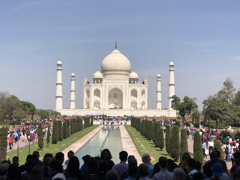 初めてのインド訪問でタージマハルにどうしても行きたくて一人で申し込みました。他に同行者の方もおらずプライベートツアーの状態でガイドの方に写真を撮って頂いたり、いろいろ教えて頂いたりで大満足のツアーでした。