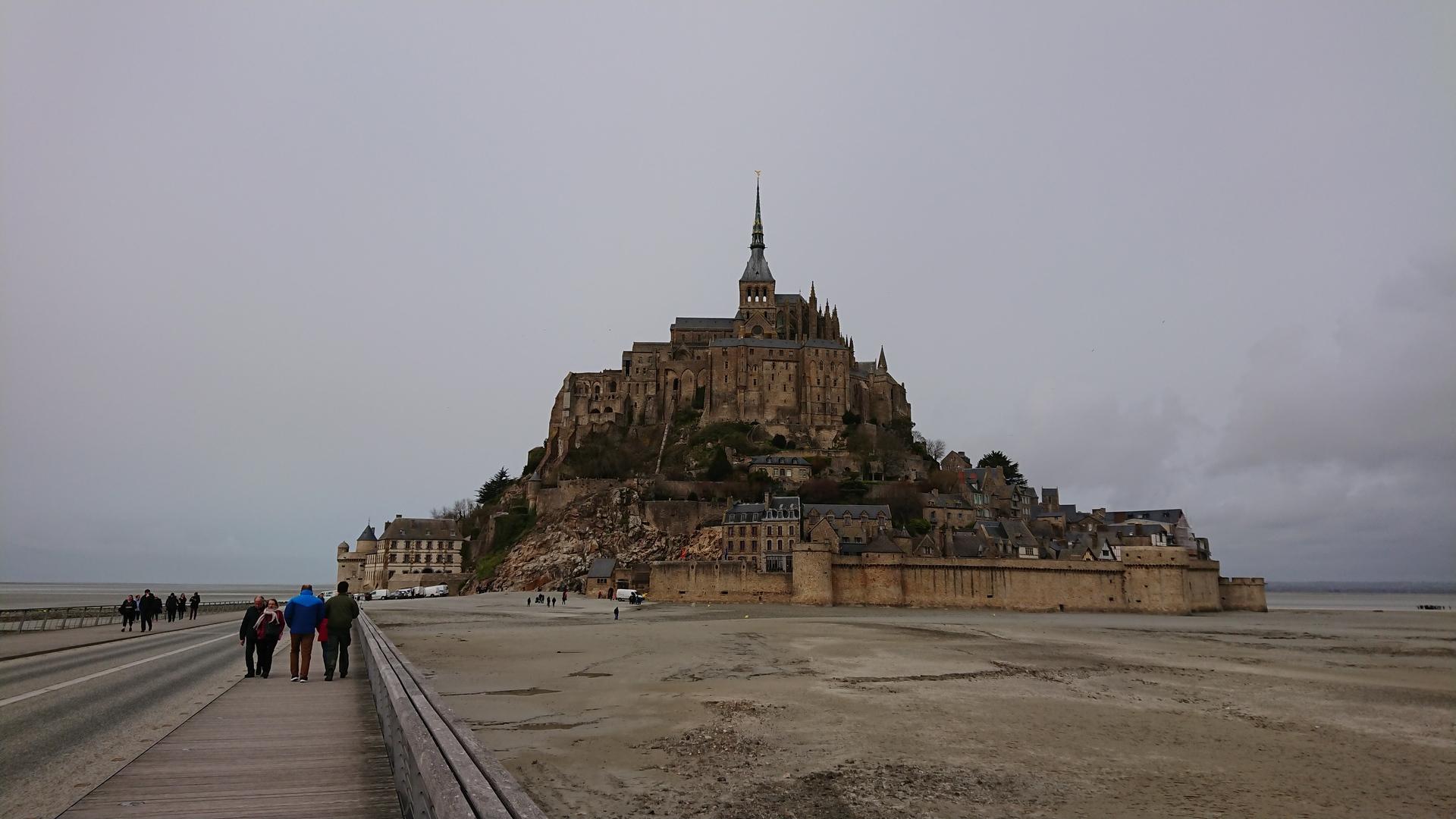 道中が長いので往路にもう少しフランスやパリに着いてガイドさんから説明があると良かったのでは。他の他国や別のツアーでは文化や歴史など聞かせてもらう時間がありましたので。 モンサンミッシェルのガイドは日本人のプロの方で普通に観光しただけでは知り得ない勉強をさせてもらいました。 モンサンミッシェルからバスまで移動時間が気になりゆっくり楽しむ時間がなかった。 オンフルールは無くても良かったので、ガイド+モンサンミッシェルの時間をもう少しのプランがベストに、私は感じました。