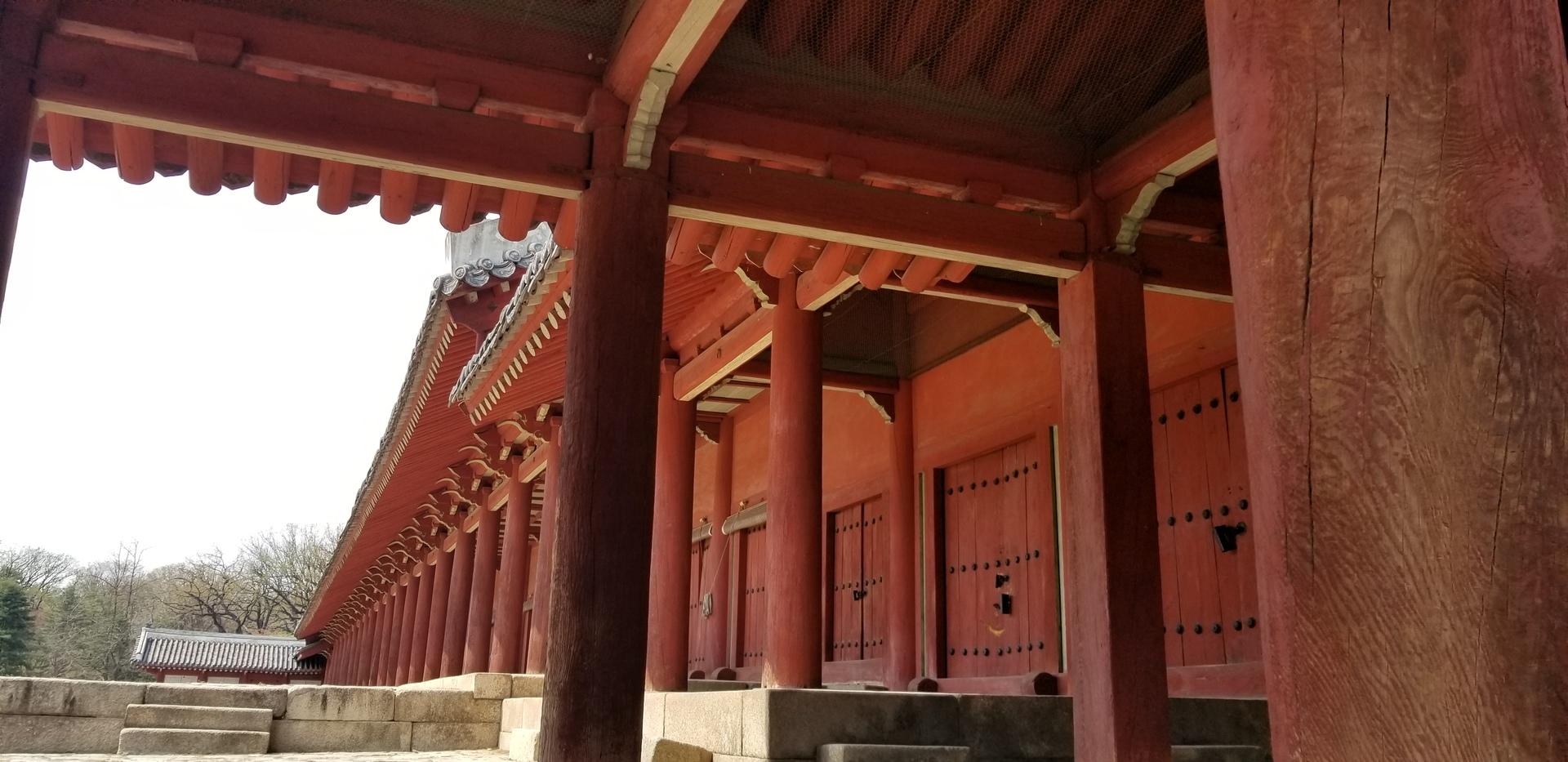 何度か、韓国は訪れてますが、宗廟は、初めてでした。個人では、入れない静かで厳かな空気の場所でした。 水原、宗廟、昌徳宮、北村と押さえるべき観光場所を回れて、贅沢なツアーです。 ただ、昼食が残念でした。