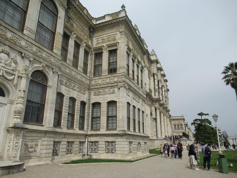 ホテルまで送迎があり、30分程でドルマバフチェ宮殿へ。大広間・巨大シャンデリアなど宮殿内の見所を日本語ガイドさんに詳細にご説明頂き、夫婦の記念写真も撮っていただけました。現地での予約が難しい施設だけに本当に助かりました。 その後の軍事博物館では軍楽隊の生演奏を鑑賞したあと、館内をご案内いただきました。金角湾の鉄鎖とウルバン砲はなんとしても見たかったので、ガイドさんに場所を確認いただき、無事見ることができました。 帰りには、翌日以降の見所やおすすめの回り方も丁寧にご説明いただいたので、本当に助かりました。