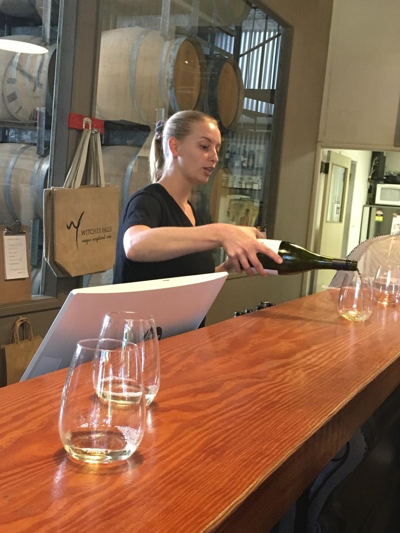 とても天気も良く、眺めも最高! 何よりもワイナリーも素敵で可愛い女性にワインを紹介してもらいました。ワインも飲みやすいので2本も購入、ハンバガーもとても美味しいかったです。