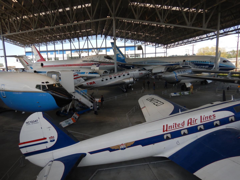 シアトルへ遊びに行く目的は、シアトルマリナーズの試合を見ること(偶然にも菊池雄星が先発の日でラッキー)、シーフードを食べること、ステーキを食べること、そしてこのボーイングの工場と航空博物何を見学すること。 合計で3泊5日の旅を計画。 ボーイング工場と航空博物館の件が筒あーは、泊まっているホテル(グランド・ハイアット)でピックアップしてくれるのでとても便利。ボーイングの工場見学はたまたま日曜日だったので工場はほとんど稼働していませんでしたが、それでもその雄大さにビックリ。案内の人は英語オンリーですが、とても良くとおる素敵な声でとても判りやすい英語。さらには、同行した日本人の案内人が同じ事を日本語で要約してくれるので助かります。 ボーイングの工場から南下して再びシアトル市内を通過、工場見学だけの人はそれぞれのホテル前で下車。そしてさらにシータック空港方面jへ南下して航空博物館へ。 ここはもう、自由自在に博物館のいたるところ飛行機だらけ。写真も自由に撮り放題。興奮しますよ。 そして各所ではボランティアーの人が、求めに応じてとても丁寧に説明してくれます。たとえば、ライト兄弟の発飛行はどのような段階を経て成功させることができたのか・・・など。 昼食は館内のカフェテラスで。妻と二人でコーヒーは一杯ずつサンドイッチは一つを半分ずつ。これくらいで丁度良いボリューム。 ミュージアムショップも充実。飛行機の形をしたクリップ(缶入り)がお土産に好評でした。 帰りは宿泊しているホテルの玄関先まで送っていただきました。 同行してくださった案内の方、とても丁寧な対応。感謝しています。 工場と博物館、セットで見学させることをお勧めします。