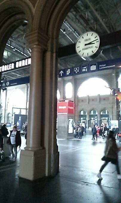スイスで大学生の娘二人と合流する際利用しました。 親と合流する前日の夜、日本からチューリッヒ空港に到着する娘達を、荷物受け取りのターンテーブルにて出迎えてくださいました。 日本語を話せる女性をリクエストすることができました。空港から電車で中央駅へ移動した後、ホテルのチェックインアシストとお部屋の使い方までを教えて頂けてとても助かりました。大変感謝致しております、どうもありがとう存じました。案内してくださった女性が教えてくださった日本未出店のシュプリングリ本店のカフェへ最後に家族で出かけ、とてもおいしいケーキやチョコレートに感動しました。 アルプスの恵みのお水とミルクの織りなすハーモニーが絶妙!スイスは景色も食べ物も最高でとても良かったです!