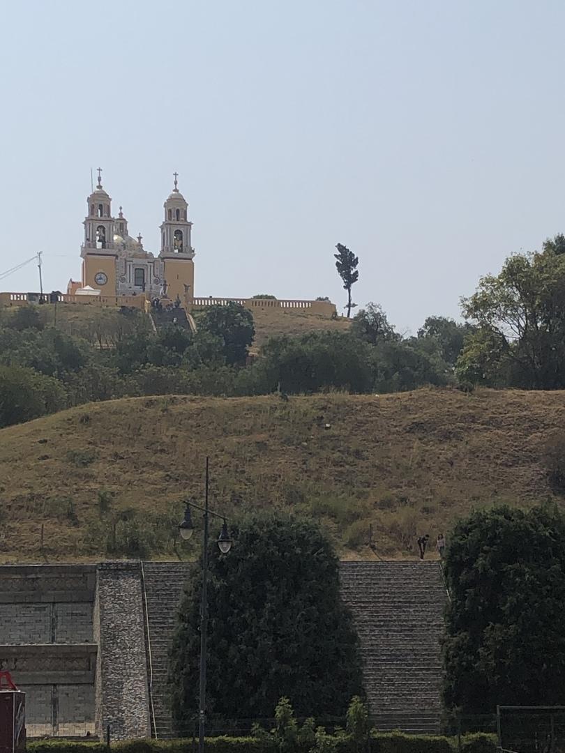 ツアー開始の車中よりメキシコシティから移動中の各場所の説明をして下さり、 チョルーラ遺跡ではピラミッドから見えるメキシコの歴史を丁寧に分かりやすくガイド下さり、教会では宗教面からメキシコを説明下さり、旅行だけでは感じることが出来ないメキシコを理解出来たと感じました! プエブラの街も素敵で、当ツアーに申し込んで本当に良かったです。