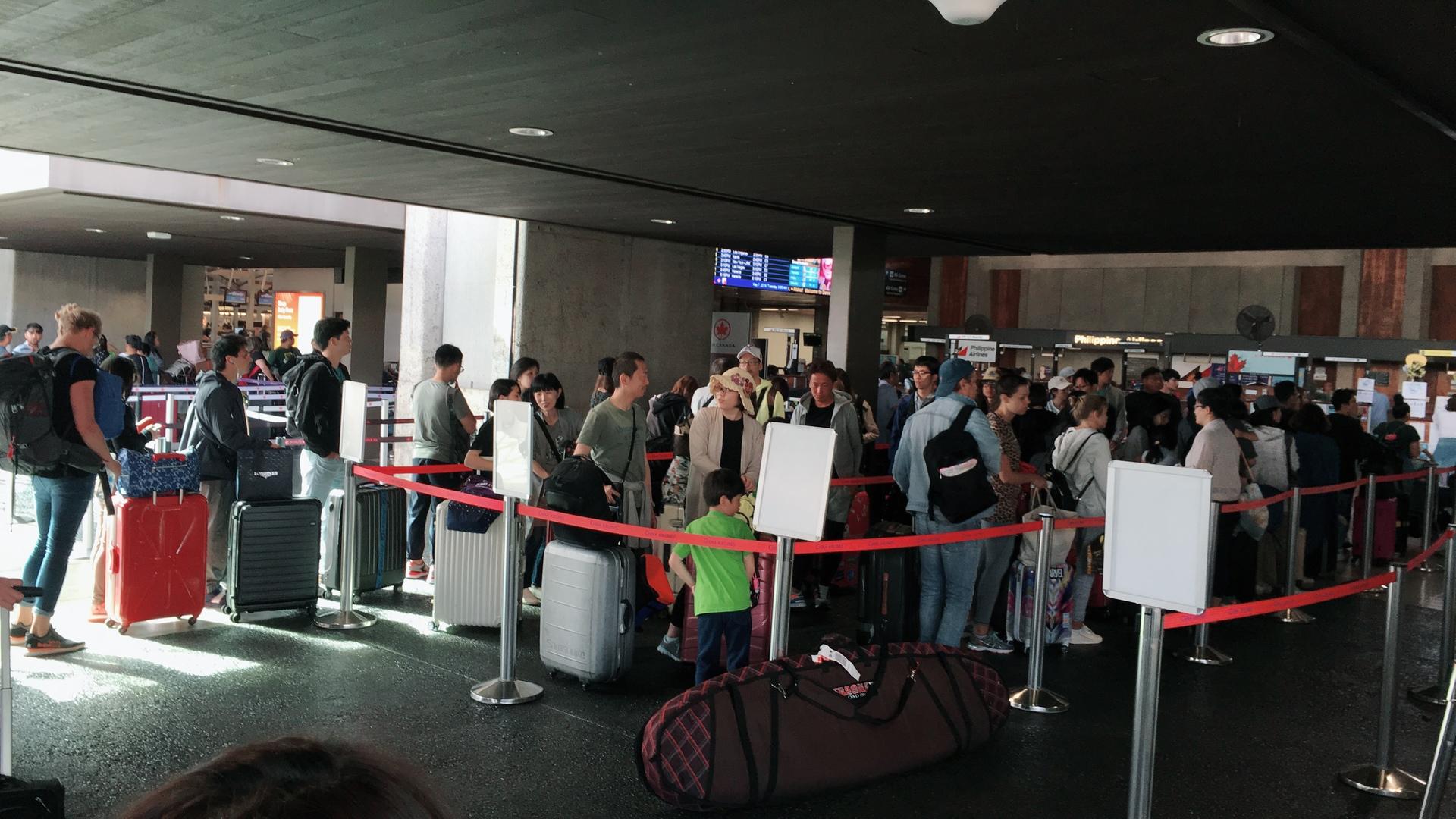 今回の送迎はバスに乗車後ワイキキからなかなか離れず、空港に着いた際は混んでいた。
