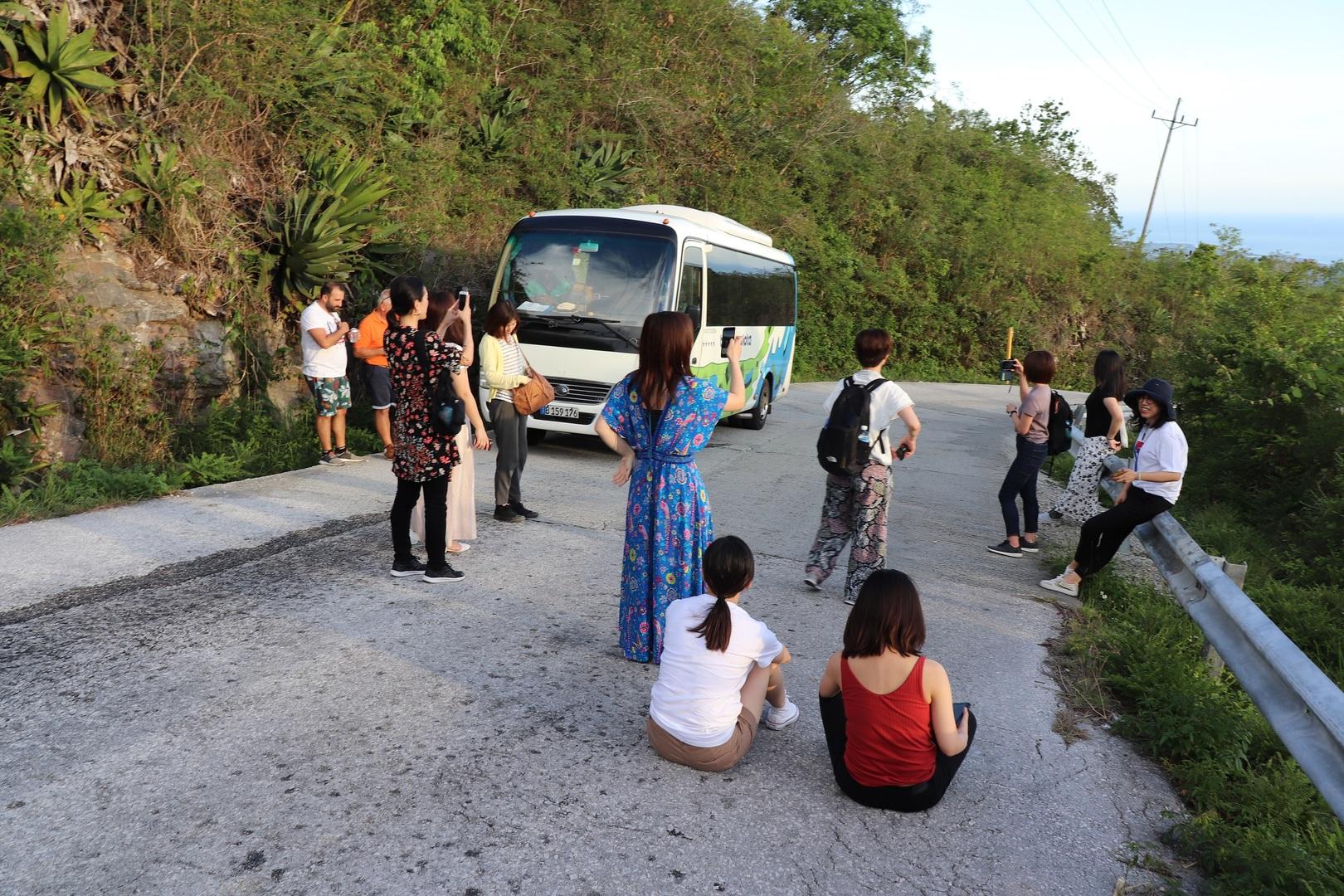 英語ツアーなので外国人が多いかと思ったら、参加者が13名いて、2名がギリシャ人、2名が中国人、残り9名が日本人で楽しいツアーでした。1日目のトリニーダからホテルまでの道は日本ではあり得ない急勾配で中国製マイクロバスが故障し、ひやっとしたり、ホテルは山の上で部屋に蚊がいて、虫除けスプレーで防止したり、ロシア人の団体もいたり、良い経験でした。 2日目はロシア製のサスペンションが全くないようなトラックで、山の途中で現地の方も乗せたりと、面白い経験でした。