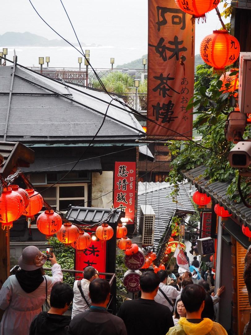 連休明けだったせいか、予想していた程の混雑もなく3時間ゆっくり散策できた。あいにくの雨だったが九份はかなりの確率で雨と聞いていたので持参したレインコート(日本のセブンで購入した簡易カッパ)が役に立った。