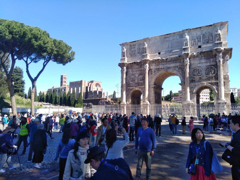 入場制限があるので、優先入場出来るツアーは、ローマ観光に必須です。ガイドさんの声もイアホンで少し離れていても聞こえますので安心でした。