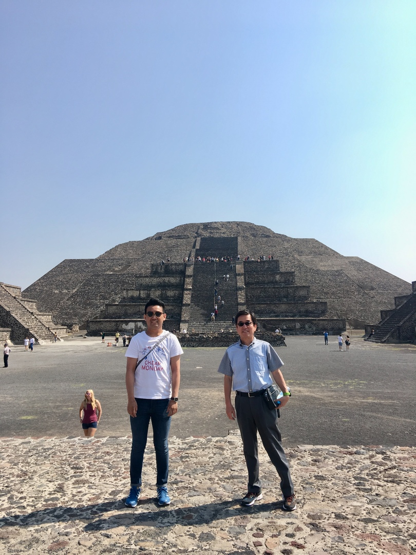 2週間のメキシコ出張中、週末がメキシコシティー滞在となったので、テオティワカンのピラミッド観光に行って来ました。ダウンタンのホテルからそんなに時間が掛からないので、半日観光コースとしては非常に良いスポットといえます。土曜日の観光でしたが、そんなに観光客が多くなかったので、月と太陽の神殿の両方で、頂上まで上がることが出来ました。太陽の神殿は68mも有り、登って下りるのに30分はゆうに掛かるので、時間的にはもう少し、頂上で時間が欲しかったという気がしました。週末でも日曜日はメキシコ市民は入場無料にて、非常に混むようですので、日曜日は避けた方が無難でしょう。