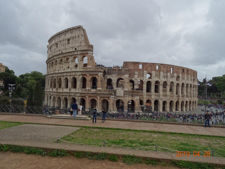 ローマ愛に満ちたガイドさんの説明で歴史、芸術を満喫できました。 凄く歩きましたがとても良かったです。
