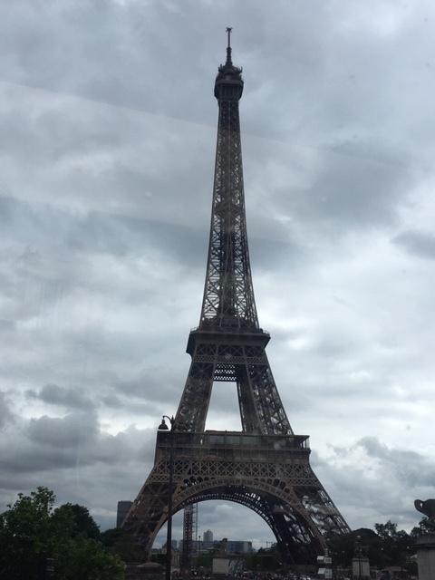有名施設の解説シートが斬新でした。生憎の天気でしたが、屋根があるため濡れずに済んだし、ランチだったため交通渋滞もそれほどでもありませんでした。スタッフの方はみなさん親切です。料理は見た目も美しく、期待以上に美味しかったです。パリは何度か訪れていますが、こんなに手軽なものがあるならもっと前に体験しておけばよかったです。