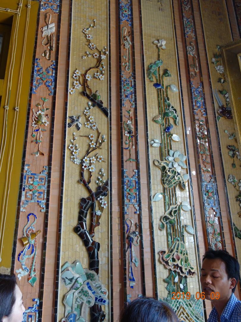 今回(<中部の定番!> フエ終日観光【ダナン/ホイアン発着】)に参加し,とにかく暑かったし、カイディン帝廟の階段はきつかった。内装はタイルを繊細に貼付けて有り素晴らしかった。この場所では見学時間をもっと確保されたらGOOD。難点は片道2時間で1度のトイレ休憩が無かった事。