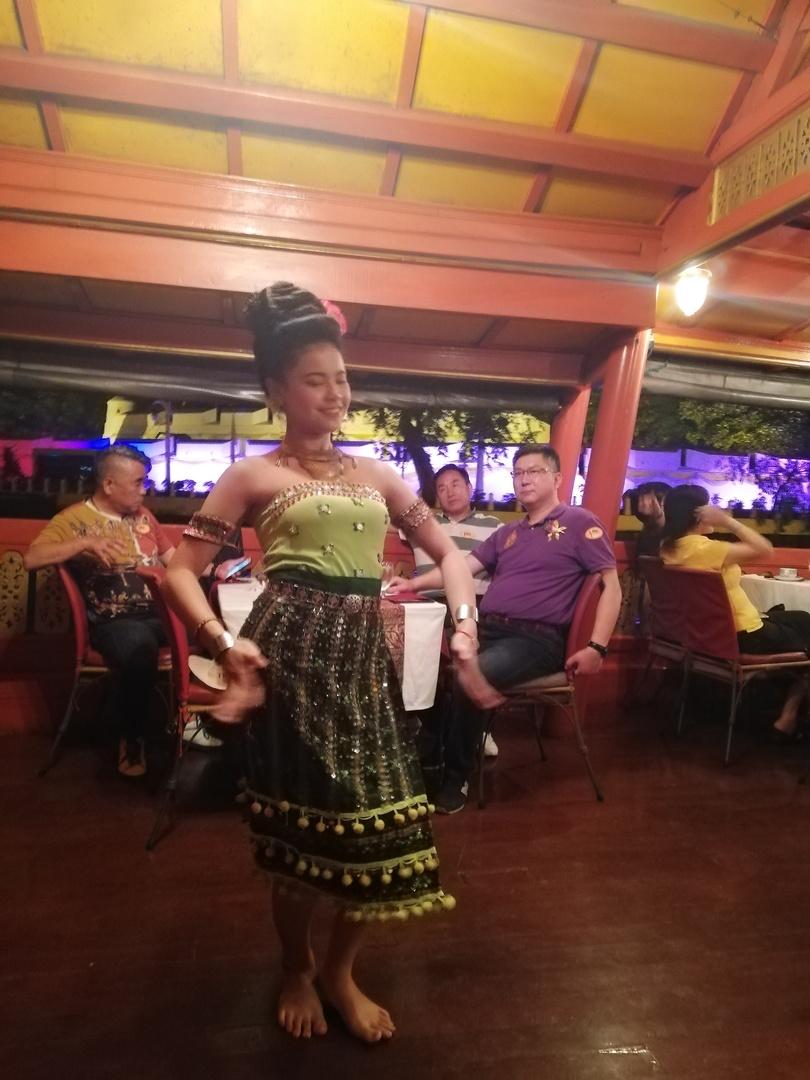 タイの雰囲気のあるディナークルーズでコース料理も良く、民族音楽踊りが良かった