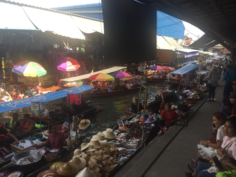 アユタヤ遺跡は完璧でした。 水上マーケットですが運河をボートで走り、いよいよ水上マーケットメインに着いたー!と思ったら降ろされた。 メインは地上からでした。 写真などからボートに乗ったままで買い物できると勝手に思ってたのもいけないのですが…唯一そこだけが残念でした。その他は良かったです。