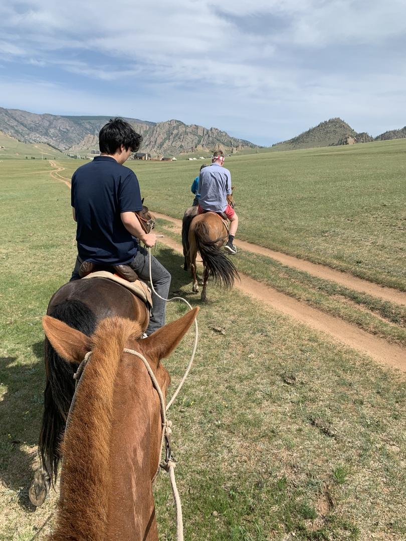 乗馬経験がまったくなかったので不安だったのですが、HISの日本語が堪能な現地スタッフの方がホテルの送迎から乗馬まで一貫してつきそってくれます。HISモンゴルでガイドになるためには語学だけではなく乗馬の訓練をして合格することも必要だそうで、安心して、楽しめました。連れて行ってくれた遊牧民のゲルも過度に商業化しておらず、現地の家族や子供ととても穏やかな時間を過ごせました。  安いツアーは他にもありますが、気配りや安心感や安全性ではHISが断然良いと思います。個人的にもまた絶対に利用したいです。